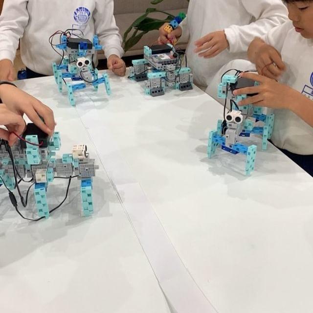 今日のロボットは多足歩行ロボット!6本足でどのようにして歩くのか理解して作ります。足の角度を調整して真っ直ぐに歩けるようになりました〜♪#ロボットプログラミング #小学生 #アクティブラーニング